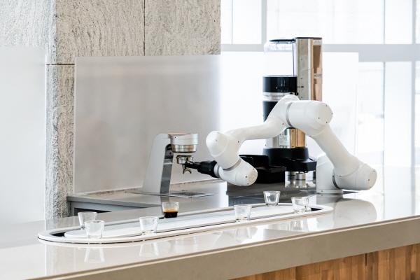 라운지랩, 회전형 레일 시스템 접목된 에스프레소 로봇 운영 시작